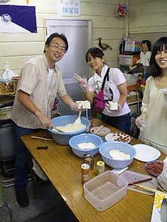 門脇篤さん、「むすび」で、ボランティア中央。