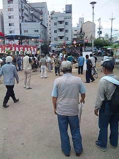 「釜ケ崎夏祭り」@西成三角公園。1000人近い人出です。