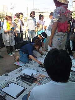 「釜ケ崎夏祭り」@西成三角公園。書道、人気。